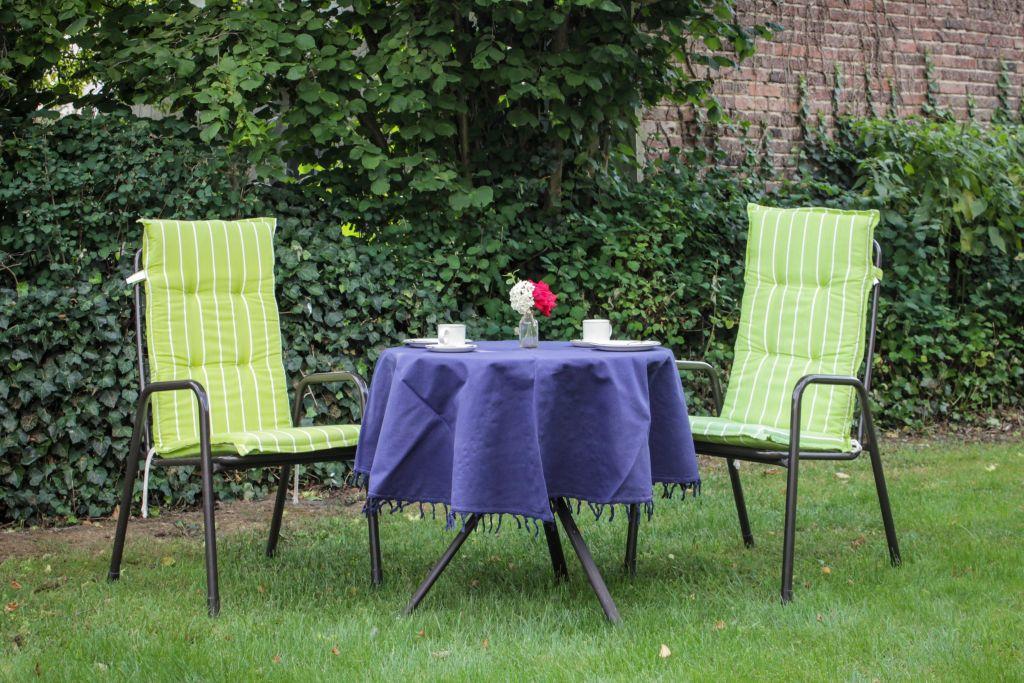 Ein schöner Platz für Sie zum Entspannen, im Garten hinter dem Haus